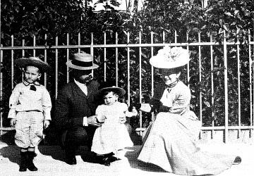 Jean Rodhain, fondateur de la Cité Saint-Pierre à Lourdes, avec ses parents en 1905