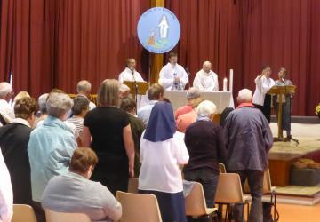 célébration du diocèse d'Albi à la salle du Cairn haut en août 2014 à la Cité Saint-Pierre à Lourdes