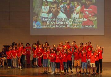 animation des jeunes du diocèse de Bayeux-Lisieux à la salle Padre Pio à la Cité Saint-Pierre à Lourdes en août 2014