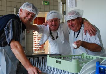 Jusqu'à 1000 couverts par service : les bénévoles à la plonge gardent le moral à la Cité Saint-Pierre de Lourdes !