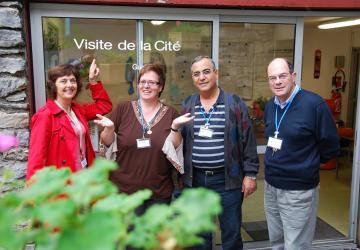 Le sourire aux lèvres, les bénévoles accueillent les visiteurs pour les guider dans la Cité Saint-Pierre à Lourdes !