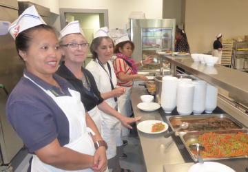 Les bénévoles vous servent avec le sourire au restaurant de la Cité Saint-Pierre de Lourdes !
