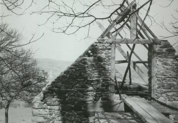construction de la chapelle bergerie, reproduction de la bergerie de Bartrès, au cœur de la Cité Saint-Pierre à Lourdes