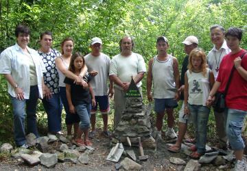 Un groupe de Gitans vient de finir la construction du cairn Etty Hellisum sur le chemin de la paix à la Cité Saint-Pierre