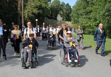 août 2012, groupe sillonnant la Cité Saint-Pierre à Lourdes au fil du parcours des Bernadette d'aujourd'hui