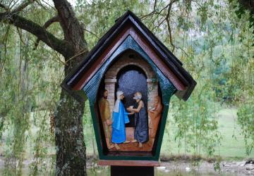 une station du chemin du rosaire à la Cité Saint-Pierre à Lourdes