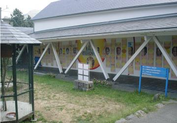 Fresque marquée du passage des groupes en août 2003 à la Cité Saint-Pierre à Lourdes