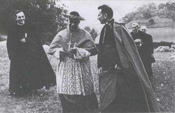 Jean Rodhain avec le cardinal Lercaro pour la 1ère pierre de la création de la Cité Saint-Pierre de Lourdes le 1er août 1955