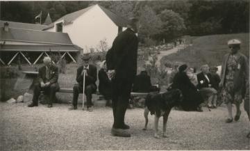 juin 1959 : Jean Rodhain au cœur des personnes accueillies à la Cité Saint-Pierre à Lourdes