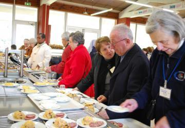 les repas se prennent en self à la Cité Saint-Pierre à lourdes