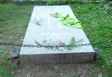 Tombe de Jean Rodhain, à côté de la chapelle-bergerie Ste Bernadette au cœur de la Cité Saint-Pierre à Lourdes.