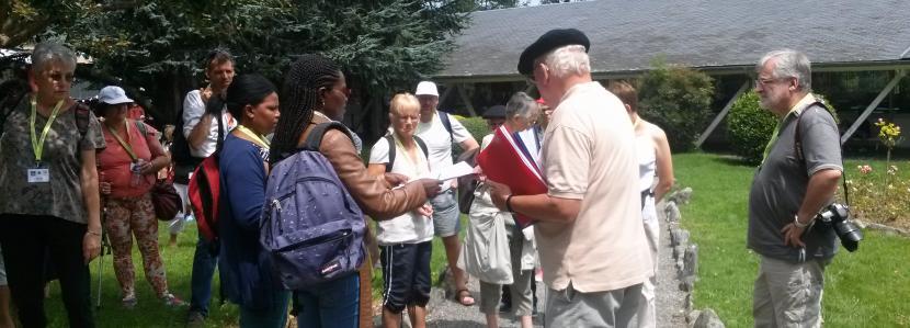 un groupe de Moulins en début de parcours du chemin de la paix à la Cité Saint-Pierre à Lourdes