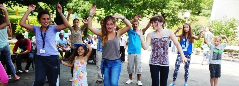 les jeunes du camp service du MEJ en pleine animation à la Cité Saint-Pierre à Lourdes en juillet 2013