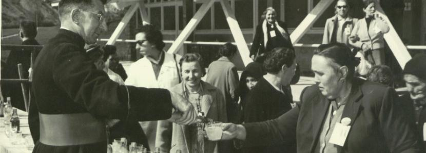 Jean Rodhain accueille les premiers pèlerins de la Cité Saint-Pierre à Lourdes en 1956
