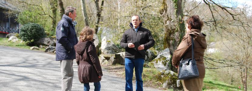 Une famille visite la Cité Saint-Pierre à Lourdes
