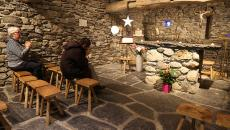 Pèlerins en prière dans une chapelle de la Cité Saint-Pierre